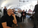 Přítomní naslouchají slovu autora, vlevo výtvarník Adolf Lachman, v tmavém obleku a červenou košilí starosta města Ústí nad Orlicí Petr Hájek.