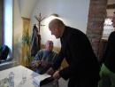 Stanislav Zindulka sleduje frontu čekatelů na podpis a Dalibor Adam je spokojený z krátkého rozhovoru.
